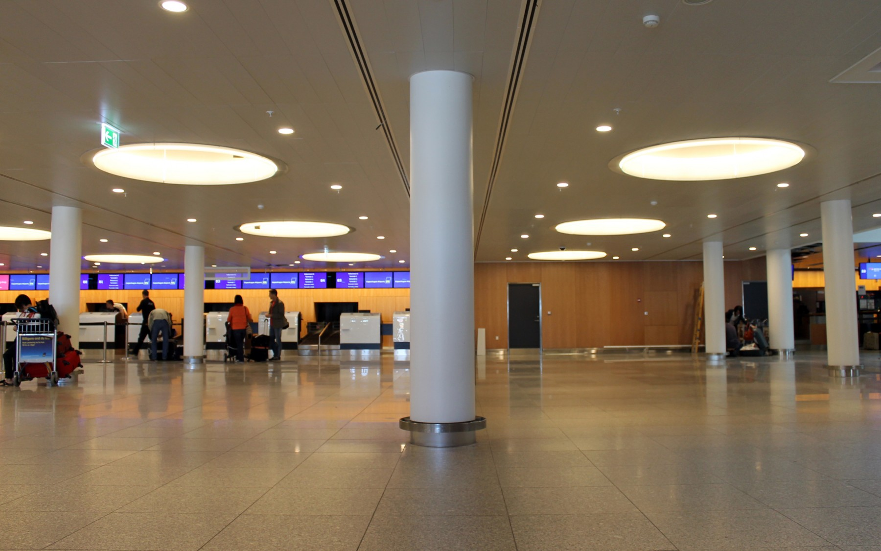 CPH Airport, Terminal 2, Planostile Clip-In Clip-In (200x1200), Hvid akustikfilt, Perforeret ud over kant.